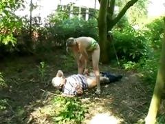 une jeune golden-haired baise avec un vieux